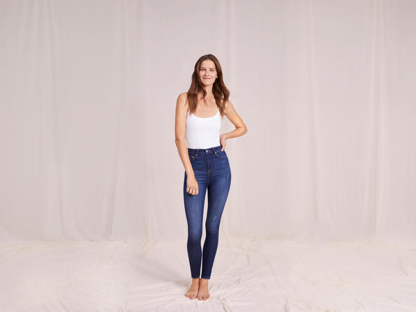 Woman wearing F&F Contour Jeans made with LYCRA® BEAUTY fiber
